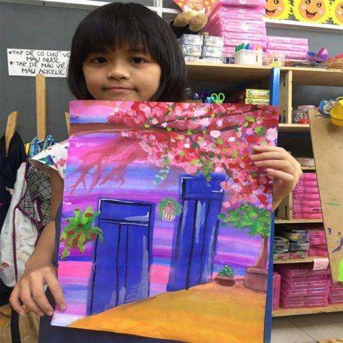 Bé Tư (Dương Minh Trang) tại lớp vẽ sáng tạo Sky Art